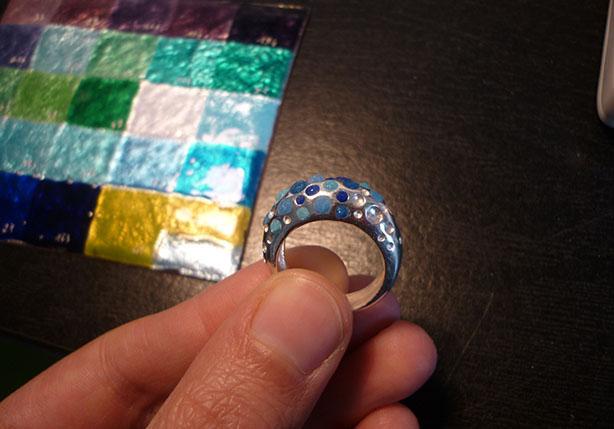 Emaillage de la bague en camaïeux de bleus d'après le nuancier - Atelier Constance du Bellay
