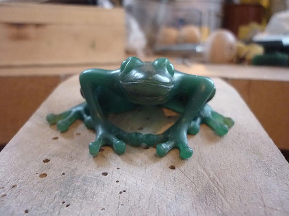Maquette en cire à sculpter d'une grenouille vue de face. Atelier Constance du Bellay