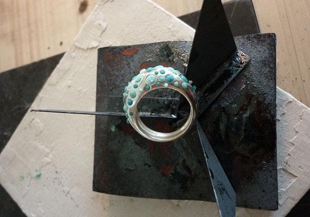 Bague boule avant la cuisson des émaux, reposant sur un trépied - Atelier Constance du Bellay