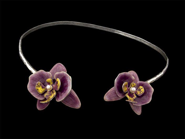 Collier aux orchidées parme