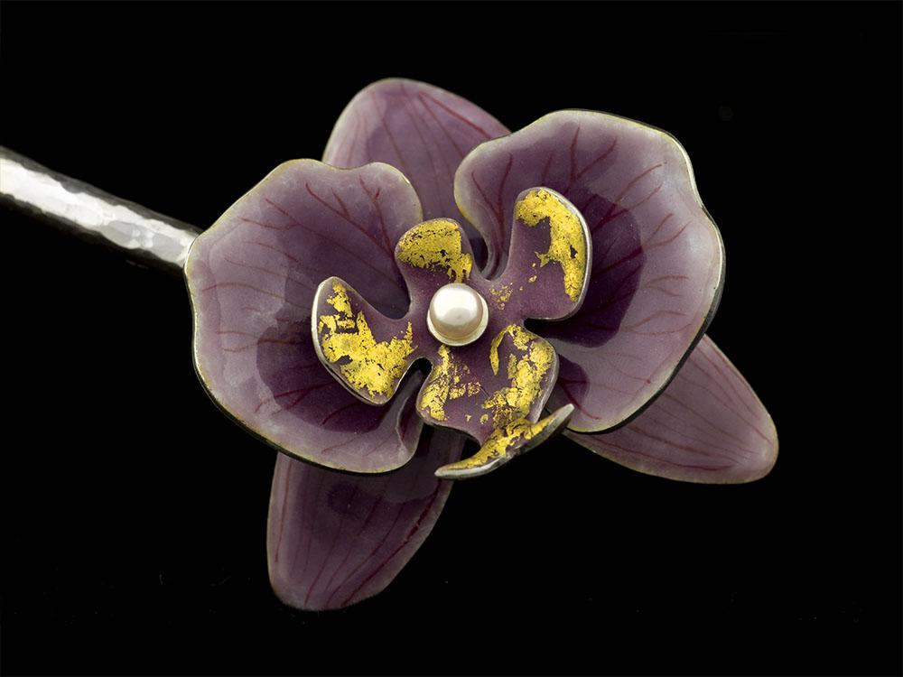 Orchidées parme émaillées sur tour de cou en argent martelé. Email grand feu, feuille d'or, perles de culture. Atelier Constance du Bellay, bijoux émaillés.