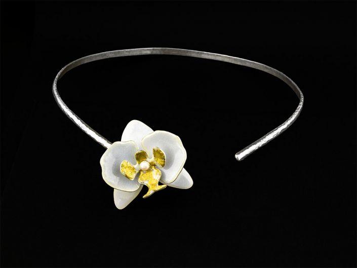 Collier à l'orchidée blanche
