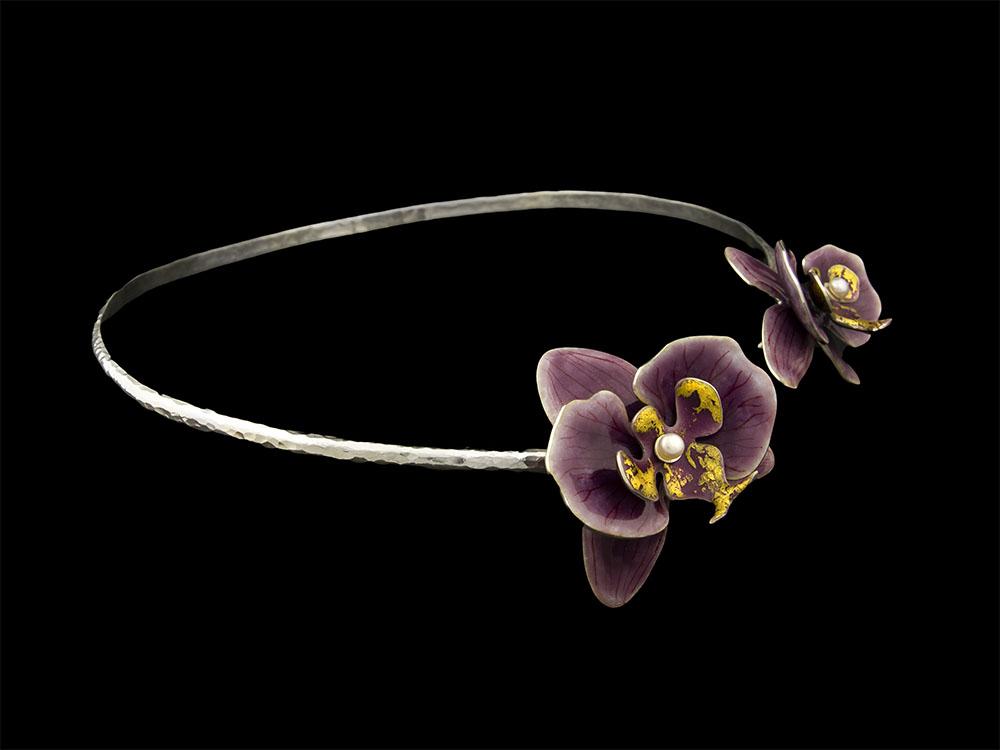 Collier rigide en argent martelé, orchidées en argent fin émaillé, feuille d'or et perle de culture. Atelier Constance du Bellay, bijoux et émaux grand feu.