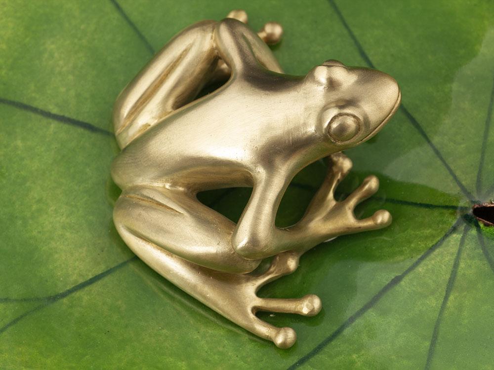 Objet d'art décoratif, grenouille en bronze, nénuphar en cuivre et émaux grand feu - Atelier Constance du Bellay, bijoux et émaux d'art.