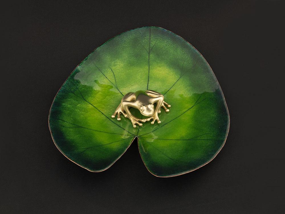 Coupelle en forme de nénuphar, cuivre martelé et émail grand feu, grenouille en bronze - Atelier Constance du Bellay, bijoux et émaux.