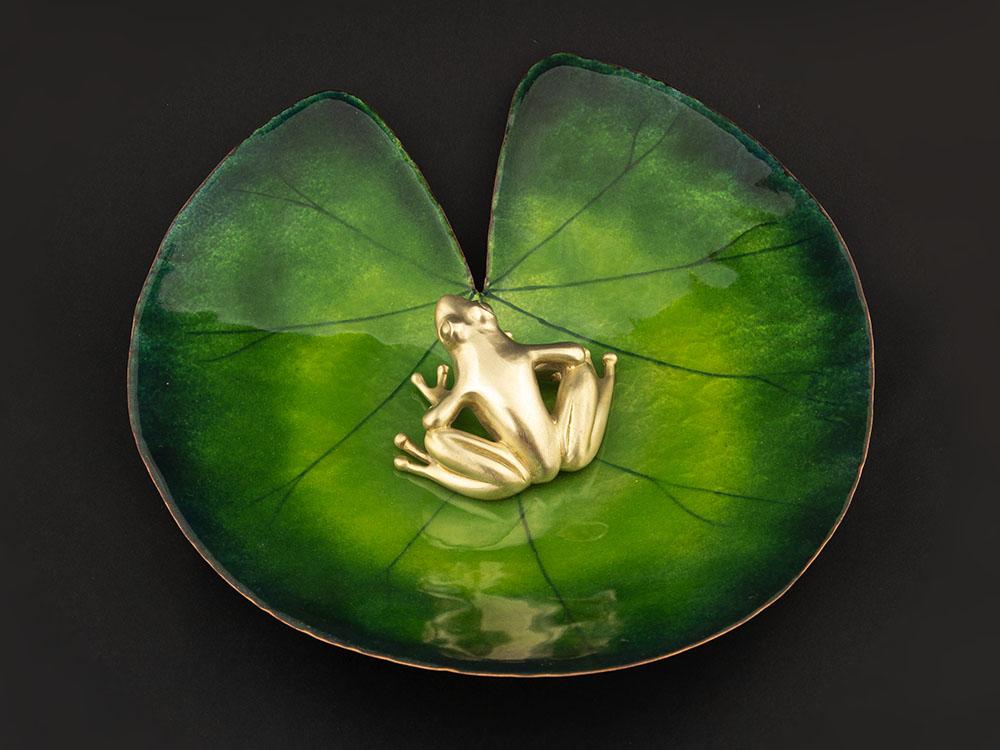 Objet décoratif : grenouille en bronze sur un nénuphar en cuivre émaillé. Atelier Constance du Bellay.
