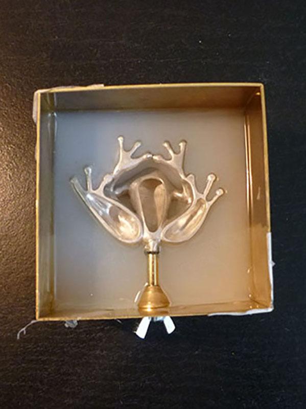 Moulage à froid d'un objet d'orfèvrerie, afin de procéder à des tirages en cire. Grenouille en argent. Atelier Constance du Bellay